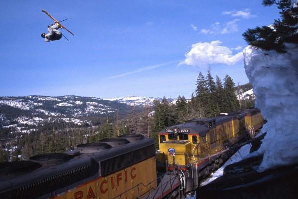 Salto de esquí sobre un tren