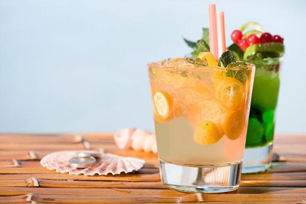 Bebidas en una mesa de madera