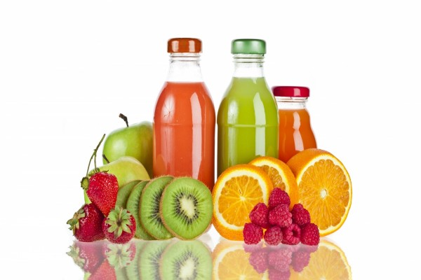 Botellas con zumo de fruta natural