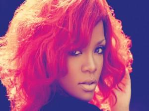Postal: Rihanna con el pelo rojo