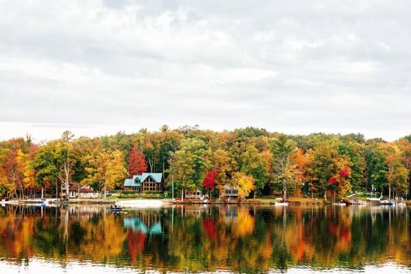 Casitas a la orilla de un lago