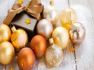Cajita y bolas doradas para adornar en Navidad