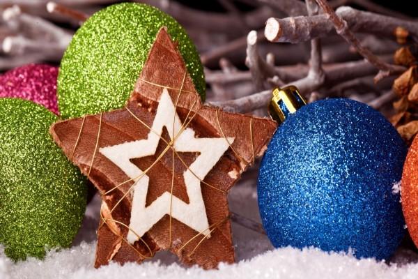 Bolas y estrella para decorar en Navidad y Año Nuevo