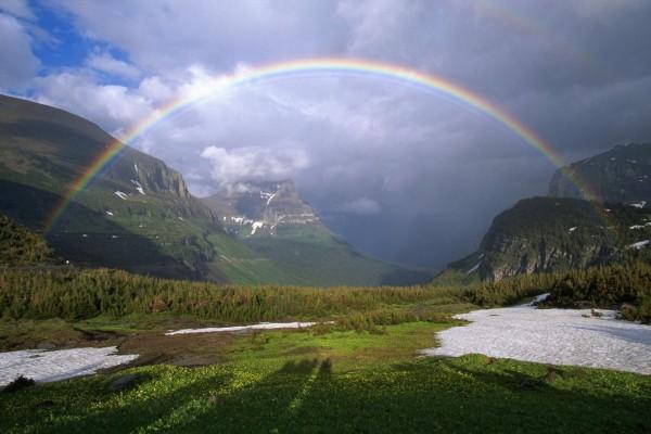 Arcoíris entre montañas
