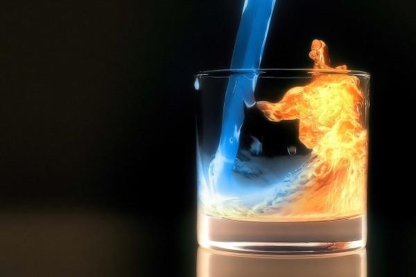 Vaso con licor y fuego