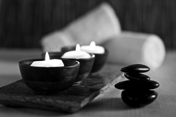 Piedras y velas en blanco y negro
