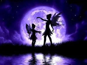 Postal: Hadas junto a la gran luna morada