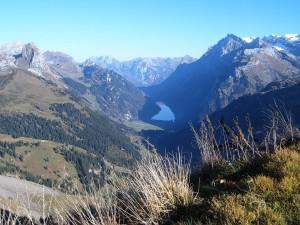 Postal: El lago Klöntalersee y el macizo Glärnisch, visto desde Saaspass (Suiza)