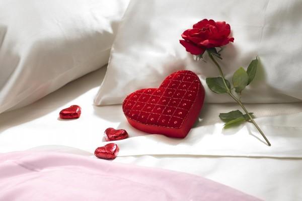 Rosa y corazón en la almohada
