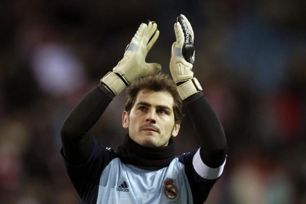 Iker Casillas aplaudiendo al público
