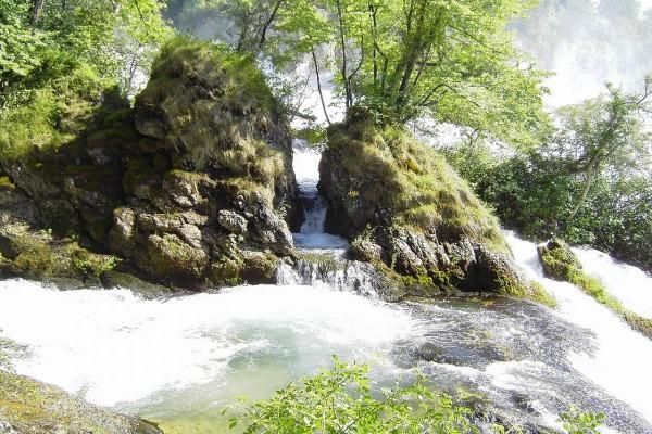 El río Rin entre grandes rocas
