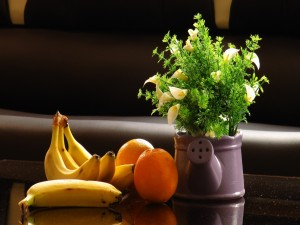 Postal: Frutas y una planta