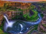 Un río con su cascada