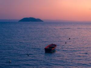 Postal: Puesta de sol en la isla de Kelyfos (Grecia)