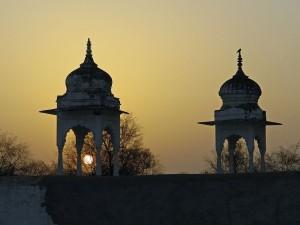 Postal: Puesta de sol en un templo (India)