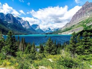 Postal: Montañas, vegetación y agua