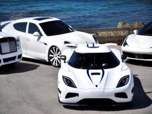 Cuatro coches blancos