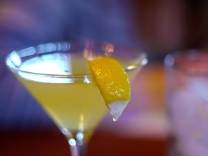 Limón en copa de cóctel