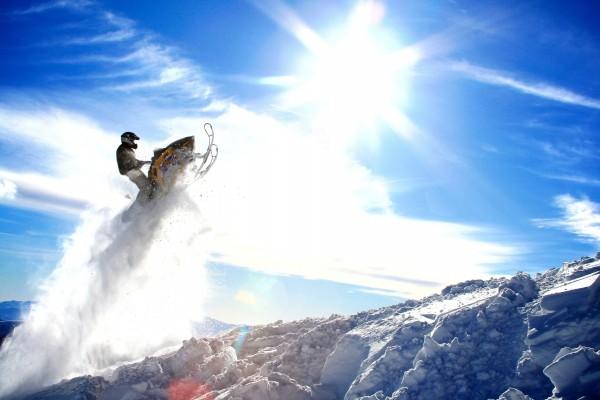Salto en moto de nieve