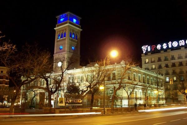 """Vista nocturna de la """"Casa Árabe de Madrid"""" (España)"""