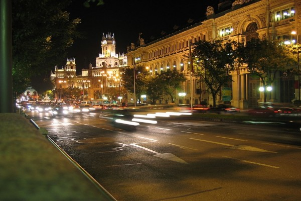 Vista nocturna de la Calle de Alcalá de Madrid (España)