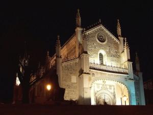Vista nocturna de Iglesia de San Jerónimo de Madrid (España)