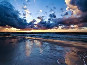 Postal: Puesta de sol en una playa de Alicante (España)