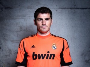 Postal: Iker Casillas con camiseta naranja