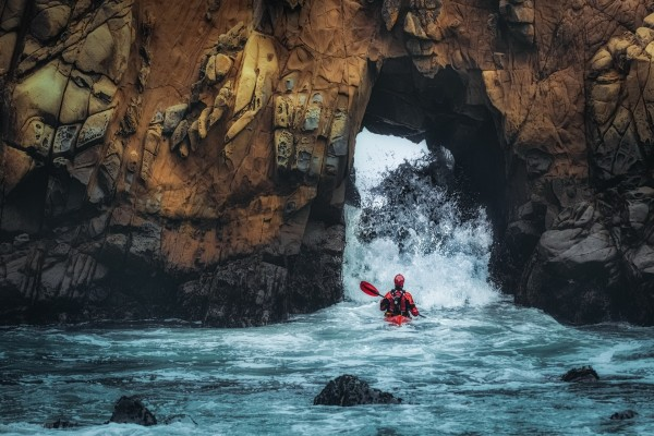 Canoa entre las rocas
