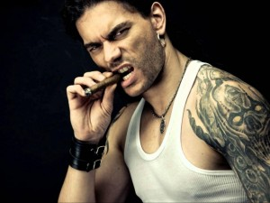 Leo Jiménez con un puro