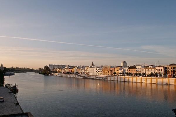 El río Guadalquivir a su paso por el barrio de Triana