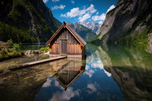 Casa de madera reflejada en el lago
