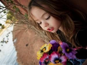 Niña con un ramo de flores