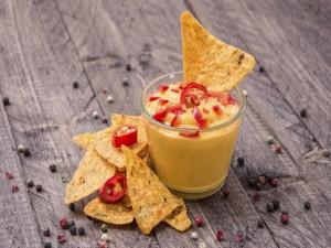 Queso con chiles y nachos
