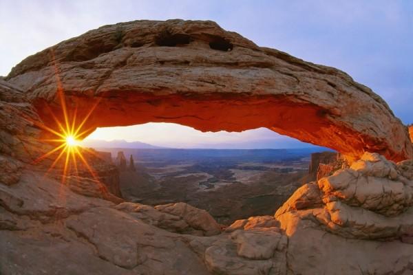 El sol en un arco de roca
