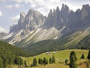 Postal: Casitas al pie de la montaña