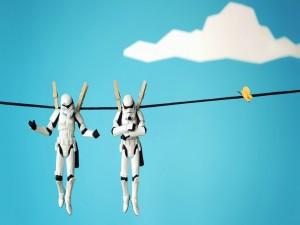 Postal: Soldados de Star Wars cogidos con pinzas de la ropa