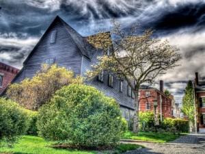 Casas bajo la tormenta