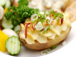 Patata asada con vegetales