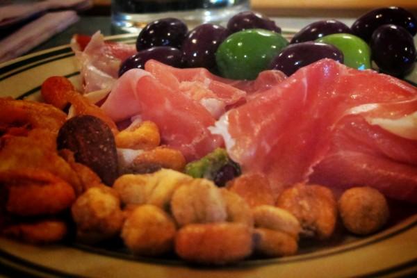 Aperitivo de jamón, olivas y frutos secos
