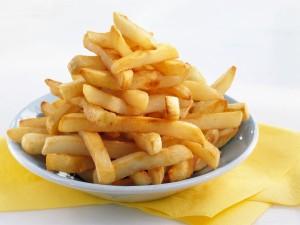 Plato con patatas fritas