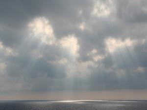 Chorros de luz entre las nubes