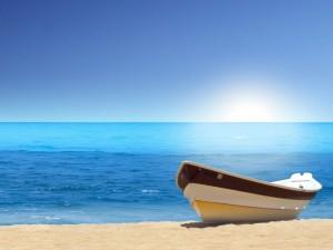Postal: Barca en la orilla del mar