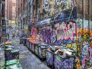 Callejón de una ciudad lleno de graffitis