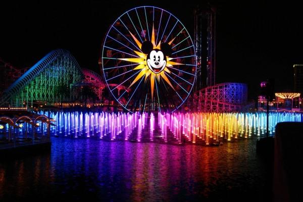 Fuente de colores en un parque de atracciones