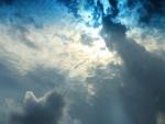 El sol brilla a través de las nubes de una manera surrealista