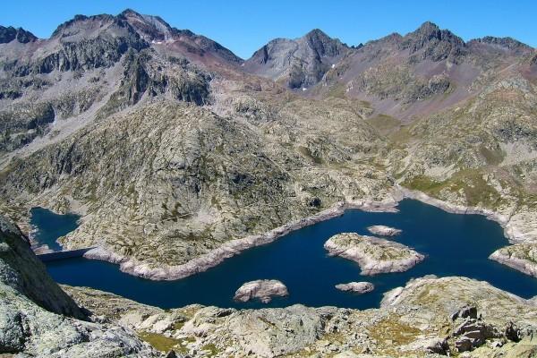 Embalses de Bachimaña Alto y Bachimaña Bajo, y los Picos del Infierno