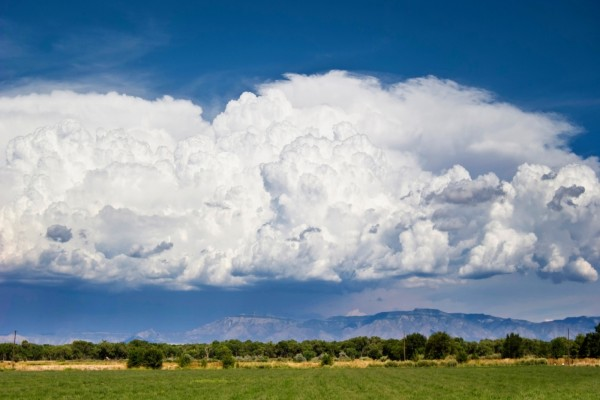 Bello paisaje con nubes