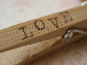 Postal: Amor en una pinza