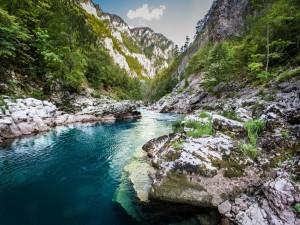 Montañas y río con aguas cristalinas